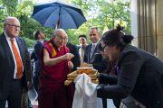 Дээрхийн Гэгээнтэн Далай Ламыг зочид буудалдаа хүрэлцэн ирэхэд уламжлалт ёслолоор угтав. Герман, Франкфурт. 2017.09.12. Гэрэл зургийг Тэнзин Чойжор (ДЛО)