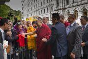 Дээрхийн Гэгээнтэн Далай Лам зочид буудалдаа хүрэлцэн ирж байгаа нь. Латви, Рига. 2017.09.23. Гэрэл зургийг Тэнзин Чойжор (ДЛО)