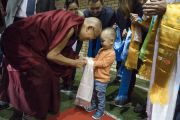Дээрхийн Гэгээнтэн Далай Лам хоёр өдрийн номын айлдвараа эхлэхээр Сконто ордонд ирээд бага хүүхэдтэй мэндэлж байгаа нь. Латви, Рига. 2017.09.24. Гэрэл зургийг Тэнзин Чойжор (ДЛО)