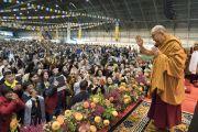 Дээрхийн Гэгээнтэн Далай Лам хоёр өдрийн номын айлдвараа эхлэхийн өмнө хуран цугласан олонтой мэндэлж байгаа нь. Латви, Рига. 2017.09.24. Гэрэл зургийг Тэнзин Чойжор (ДЛО)