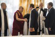 Дээрхийн Гэгээнтэн Далай Лам Латвийн парламентийн гишүүдтэй уулзаж байгаа нь. Латви, Рига. 2017.09.25. Гэрэл зургийг Тэнзин Чойжор (ДЛО)