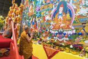 Дээрхийн Гэгээнтэн Далай Лам номын айлдвараа эхлэхийн өмнө шүтээнд залбирч байгаа нь. Латви, Рига. 2017.09.25. Гэрэл зургийг Тэнзин Чойжор (ДЛО)