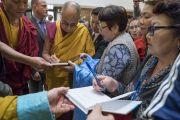 Дээрхийн Гэгээнтэн Далай Лам сүсэгтнүүдийн номонд гарын үсгээ зурж байгаа нь. Латви, Рига. 2017.09.25. Гэрэл зургийг Тэнзин Чойжор (ДЛО)