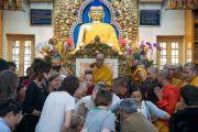 Верующие спешат занять место у трона Его Святейшества Далай-ламы, чтобы сфотографироваться с ним по завершении четырехдневных учений, организованных в главном тибетском храме. Дхарамсала, Индия. 6 октября 2017 г. Фото: Тензин Чойджор (офис ЕСДЛ)