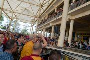 Его Святейшество Далай-лама машет верующим рукой на прощание, направляясь из главного тибетского храма в свою резиденцию по завершении учений. Дхарамсала, Индия. 6 октября 2017 г. Фото: Тензин Чойджор (офис ЕСДЛ)