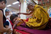 Его Святейшество Далай-лама шутливо приветствует и благодарит одну из организаторов группы тайваньских буддистов, по чьей просьбе были проведены нынешние учения. Дхарамсала, Индия. 6 октября 2017 г. Фото: Тензин Чойджор (офис ЕСДЛ)