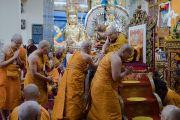 Его Святейшество Далай-лама благодарит монахов из Таиланда, прочитавших Мангала-сутту в начале заключительного дня учений, организованных в главном тибетском храме по просьбе буддистов из Тайваня. Дхарамсала, Индия. 6 октября 2017 г. Фото: Тензин Чойджор (офис ЕСДЛ)