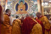 Его Святейшество Далай-лама беседует с монахами во время церемонии дарования полных монашеских обетов, организованной в зале собраний его резиденции. Дхарамсала, Индия. 10 октября 2017 г. Фото: дост. Тензин Джампель