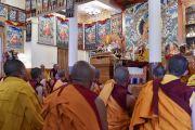 Его Святейшество Далай-лама во время церемонии дарования полных монашеских обетов тибетским и тайваньским монахам. Дхарамсала, Индия. 10 октября 2017 г. Фото: дост. Тензин Джампель