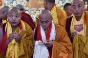 По завершении церемонии монахи, только что получившие полные монашеские обеты, держат в руках статуэтки Будды и тексты, преподнесенные в дар Его Святейшеством Далай-ламой. Дхарамсала, Индия. 10 октября 2017 г. Фото: дост. Тензин Джампель