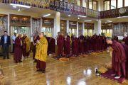 Его Святейшество Далай-лама молится у статуи Будды по прибытии в зал собраний своей резиденции на церемонию дарования полных монашеских обетов. Дхарамсала, Индия. 10 октября 2017 г. Фото: дост. Тензин Джампель