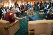 Дээрхийн Гэгээнтэн Далай Лам эхний өдрийн уулзалтын төгсгөлд АНУ-ын Энх тайвны институтын ерөнхийлөгч Нанси Линдборгт талархал илэрхийлж байгаа нь. Энэтхэг, ХП, Дарамсала. 2017.11.06. Гэрэл зургийг Тэнзин Чойжор (ДЛО)