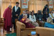 Дээрхийн Гэгээнтэн Далай Лам улс төрийн эрх мэдлээ бүрэн хүлээлгэж өгснөөс хойш Төвдийн төв захиргааны улс төрийн эрх мэдлийг хүлээн авсан Самдон ринбочэ болон Сижон Лувсан Сэнгэ нарыг танилцуулж байгаа нь. Энэтхэг, ХП, Дарамсала. 2017.11.06. Гэрэл зургийг Тэнзин Чойжор (ДЛО)