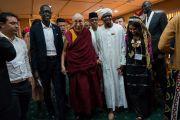 По завершении встречи Его Святейшество Далай-лама и участники программы обмена «Юные лидеры» Института мира США направляются на обед. Дхарамсала, Индия. 7 ноября 2017 г. Фото: Тензин Чойджор (офис ЕСДЛ)