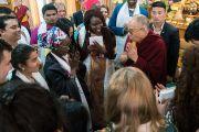 Его Святейшество Далай-лама прощается с участниками программы обмена «Юные лидеры» Института мира США по завершении встречи, организованной в его резиденции. Дхарамсала, Индия. 7 ноября 2017 г. Фото: Тензин Чойджор (офис ЕСДЛ)