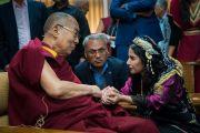 Дипак Мохаммед из Ирака беседует с Его Святейшеством Далай-ламой во время чаепития в ходе второго дня двухдневного диалога с участниками программы обмена «Юные лидеры» Института мира США. Дхарамсала, Индия. 7 ноября 2017 г. Фото: Тензин Чойджор (офис ЕСДЛ)
