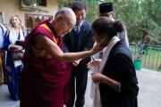 Дээрхийн Гэгээнтэн Далай Лам хоёр дахь өдрийн уулзалтанд оролцохоор хүрэлцэн ирсэн зочдыг хүлээн авч байгаа нь. Энэтхэг, ХП, Дарамсала. 2017.11.07. Гэрэл зургийг Тэнзин Чойжор (ДЛО)