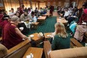 Его Святейшество Далай-лама и участники программы обмена «Юные лидеры» Института мира США завершают свою встречу совместным обедом. Дхарамсала, Индия. 7 ноября 2017 г. Фото: Тензин Чойджор (офис ЕСДЛ)