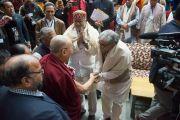 Его Святейшество Далай-лама прибывает в Правительственный колледж для участия в конференции, посвященной вопросам мира во всем мире. Дхарамсала, Индия. 2 декабря 2017 г. Фото: Лобсанг Церинг.
