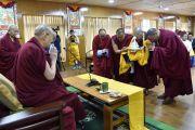 Геше Жавзандорджи из Монголии, получивший недавно ученую степень геше-лхарамбы, совершает подношение символов тела, речи и ума Будды Его Святейшеству Далай-ламе. Дхарамсала, Индия. 2 декабря 2017 г. Фото: Тензин Джампель.