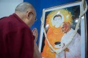 Его Святейшество Далай-лама молится у изображения Будды Шакьямуни и Махатмы Ганди, которым посвящена конференция за мир во всем мире. Дхарамсала, Индия. 2 декабря 2017 г. Фото: Лобсанг Церинг.
