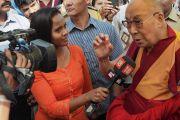 Дээрхийн Гэгээнтэн Далай Лам үдийн зоог барихаар морилох зуураа сэтгүүлчид ярилцлага өгөв. Энэтхэг, Мумбай. 2017.12.08. Гэрэл зургийг Лувсан Цэрин
