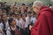 Дээрхийн Гэгээнтэн Далай Лам Сомаяа кампуст хүрэлцэн ирсэн даруйдаа сурагч хүүхдүүдтэй уулзаж байгаа нь. Энэтхэг, Мумбай. 2017.12.08. Гэрэл зургийг Лувсан Цэрин