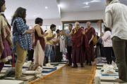 Дээрхийн Гэгээнтэн Далай Лам Сомаяа Видяавихарын хурлын танхимд орж байгаа нь. Энэтхэг, Мумбай. 2017.12.08. Гэрэл зургийг Лувсан Цэрин