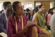 Залуучууд хоёр дахь өдрөө Дээрхийн Гэгээнтэн Далай Ламын илтгэлийг сонсож байгаа нь. Энэтхэг, Мумбай. 2017.12.09. Гэрэл зургийг Лувсан Цэрин