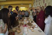 Уулзалтын дараа Дээрхийн Гэгээнтэн Далай Лам Энэтхэгийн үндэсний уламжлалт хоолоор үдийн зоог барьлаа. Энэтхэг, Мумбай. 2017.12.09. Гэрэл зургийг Лувсан Цэрин