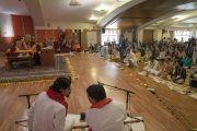 Один из слушателей задает вопрос Его Святейшеству Далай-ламе в ходе второго дня учений в образовательном комплексе «Сомайя Видьявихар». Мумбаи, штат Махараштра, Индия. 9 декабря 2017 г. Фото: Лобсанг Церинг.