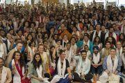 Дээрхийн Гэгээнтэн Далай Лам цугласан хүмүүстэй хамт зургаа татууллаа. Энэтхэг, Мумбай. 2017.12.09. Гэрэл зургийг Лувсан Цэрин