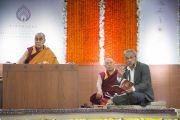 Дээрхийн Гэгээнтэн Далай Ламын номын айлдварыг англи хэлээр орчуулж байгаа нь. Энэтхэг, Мумбай. 2017.12.09. Гэрэл зургийг Лувсан Цэрин