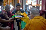 Представители местного тибетского сообщества совершают традиционные подношения Его Святейшеству Далай-ламе во время церемонии приветствия в монастыре Дрепунг Лачи. Мундгод, штат Карнатака, Индия. 11 декабря 2017 г. Фото: Лобсанг Церинг.
