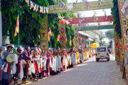 Дээрхийн Гэгээнтэн Далай Ламыг Мундгод дахь төвөдийн сүм хийдийн лам хуврагууд, сүсэгтэн олон морилон ирэхийг хүлээж байгаа нь. Энэтхэг, Карнатака, Мундгод. 2017.12.11. Гэрэл зургийг Лувсан Цэрин