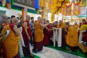 Дээрхийн Гэгээнтэн Далай Ламыг Брайбун хийдийн гол дуганд морилон ирэхэд лам хуврагууд хүндэтгэл үзүүлэн угтаж байгаа нь. Энэтхэг, Карнатака, Мундгод. 2017.12.11. Гэрэл зургийг Лувсан Цэрин