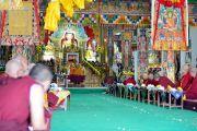 Его Святейшество Далай-лама дарует наставления монахам и мирянам в ходе церемонии приветствия в монастыре Дрепунг Лачи. Мундгод, штат Карнатака, Индия. 11 декабря 2017 г. Фото: Лобсанг Церинг.