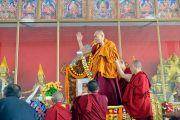 Его Святейшество Далай-лама приветствует более 8500 слушателей, собравшихся на площадке для философских диспутов монастыря Дрепунг Лоселинг. Мундгод, штат Карнатака, Индия. 12 декабря 2017 г. Фото: Лобсанг Церинг.