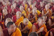 Тибетские монахи почтительно провожают Его Святейшество Далай-ламу по завершении учений, организованных на площадке для философских диспутов монастыря Дрепунг Лоселинг. Мундгод, штат Карнатака, Индия. 12 декабря 2017 г. Фото: Джереми Рассел.