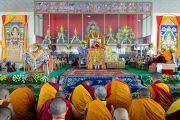 Его Святейшество Далай-лама дарует наставления на площадке для философских диспутов монастыря Дрепунг Лоселинг. Мундгод, штат Карнатака, Индия. 12 декабря 2017 г. Фото: Лобсанг Церинг.