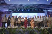 Его Святейшество Далай-лама, почетные гости и организаторы по завершении празднования серебряного юбилея старшей школы «Сешадрипурам». Бангалор, штат Карнатака, Индия. 24 декабря 2017 г. Фото: Лобсанг Церинг.