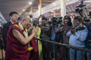 Его Святейшество Далай-лама приветствует журналистов по прибытии во дворец Трипура Васини. Бангалор, штат Карнатака, Индия. 24 декабря 2017 г. Фото: Лобсанг Церинг.