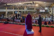 Его Святейшество Далай-лама выступает с обращением во время празднования серебряного юбилея старшей школы «Сешадрипурам», на которое собралось более 14000 гостей. Бангалор, штат Карнатака, Индия. 24 декабря 2017 г. Фото: Лобсанг Церинг.