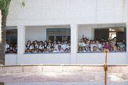 Учащиеся местных школ смотрят, как Его Святейшество Далай-лама приветствует слушателей перед началом лекции в Тумкурском университете. Тумкур, штат Карнатака, Индия. 26 декабря 2017 г. Фото: Тензин Чойджор.
