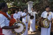 Местные музыканты играют на традиционных инструментах во время церемонии приветствия Его Святейшества Далай-ламы, прибывшего в Тумкурский университет. Тумкур, штат Карнатака, Индия. 26 декабря 2017 г. Фото: Тензин Чойджор.