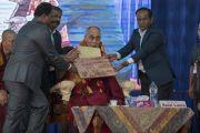 Организаторы преподносят подарки Его Святейшеству Далай-ламе перед началом лекции в Тумкурском университете. Тумкур, штат Карнатака, Индия. 26 декабря 2017 г. Фото: Тензин Чойджор.