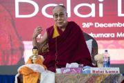 Его Святейшество Далай-лама отвечает на вопросы слушателей в ходе лекции в Тумкурском университете. Тумкур, штат Карнатака, Индия. 26 декабря 2017 г. Фото: Тензин Чойджор.