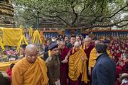 Дээрхийн Гэгээнтэн Далай Лам Махабодь сүмд мөргөл, залбирал үйлдлээ
