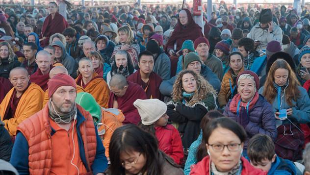 О первом дне объяснений Его Святейшества Далай-ламы по «Сутре колеса учения» и сутре «Ростки риса» в Бодхгае