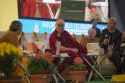Его Святейшество Далай-лама слушает доклад профессора Шубады Джоши на конференции по вопросам ума в индийских философских школах мысли и современной науке, организованной в Центральном институте высшей тибетологии. Сарнатх, Варанаси, Индия. 30 декабря 2017 г. Фото: Лобсанг Церинг.